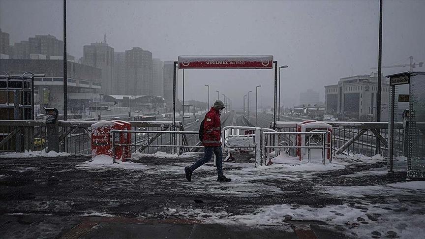 İstanbul'da kar yağışı etkisini artırarak devam ediyor