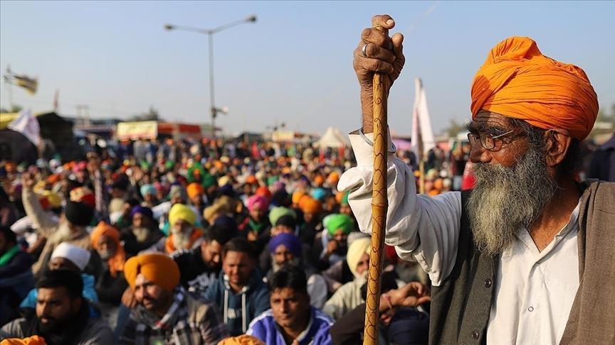 Hindistan'da çiftçiler demir yollarını kapattı