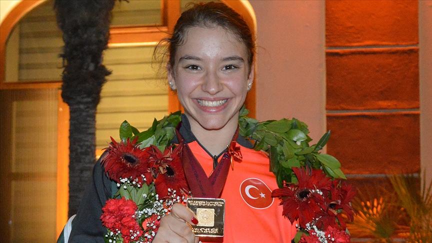 Dünya şampiyonu milli cimnastikçi Ayşe Begüm Onbaşı'ya 'ayın sporcusu' ödülü