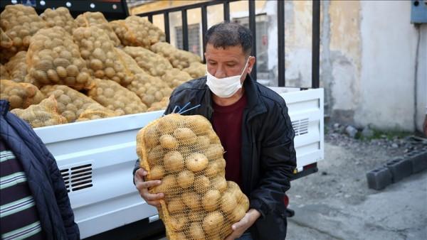 Çiftçiden alınan patatesler Adana'da ihtiyaç sahiplerine dağıtılıyor