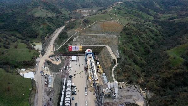 Ankara-İzmir YHT Projesi kapsamındaki Eşme-Salihli kesimi T-1 Tüneli'nde yarın ışık görülecek